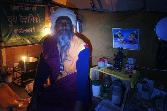 Méditation avec un baba sous sa tente, Tapovan, Inde, Photo infinite Love